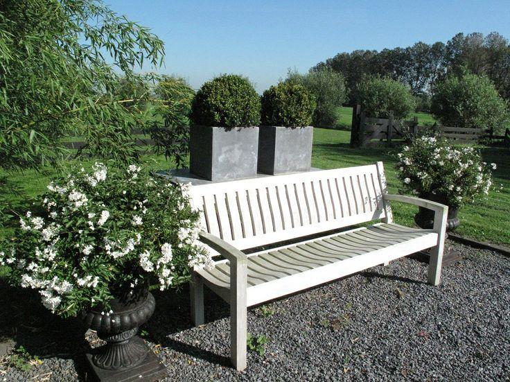 Hoe fraai... als de teakhouten tuinmeubels eenmaal mooi patina (zilvergrijs) van kleur zijn geworden... deze bank bestelt u via info@annapart.com