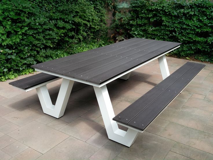 Zware design picknicktafel, tuintafel. Stalen blokpoten van 10 x 10 cm. Verzinkt en gecoat in Ral kleur. Massieve composiet planken erop.