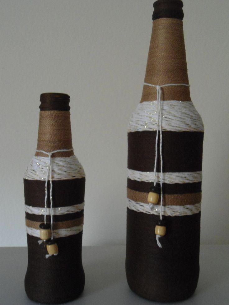 kit de Garrafa grande e pequena de vidro coberta com fio de linha . <br>nas cores Beje, branco com detalhes dourados e marrom.