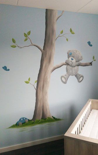 Me to You babykamer muurschildering boom op blauwe muur voor in de babykamer van een jongetje, gemaakt door BIM Muurschildering.   Me to You baby bear mural painting nursery