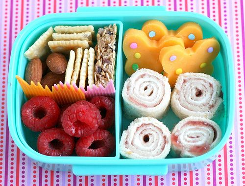 The roll sandwiches are cream cheese and strawberry preserves: Bento Lunches, Fun Lunches, Kids Lunches, Cream Cheese, Bento Ideas, Schools Lunches, Sandwiches Sushi, Lunches Boxes, Lunches Ideas