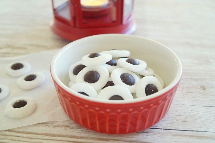 Hjemmelavede pebermyntepastiller med mørke chokoladeknapper i midten. Nemme at lave og kan sagtens laves af børn. Se opskriften på pebermyntepastiller her.