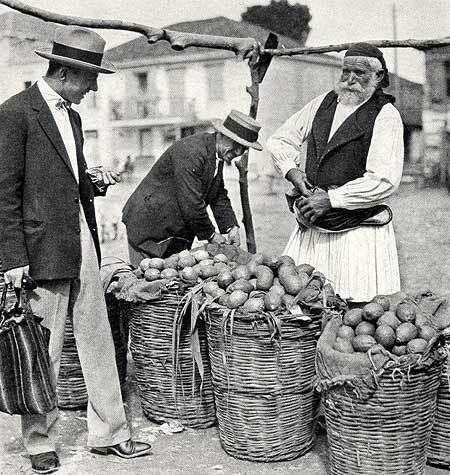Market in Tripolis, 1930 (Schönes Foto. Naja, in der griechischen Antike kannte man Auberginen wohl noch nicht …) (Foto: National Geographic 1930)