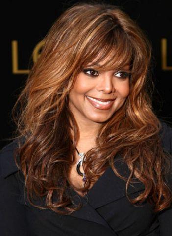 Yaşam dolu Janet Jackson'ın görünüme sahip olmak istiyorsanız, saç stilistinizden sıcak kahverenginin üzerine karamel ve bal rengi röfle uygulamasını isteyebilirsiniz. Bu renk koyu tenli ya da bronz kadınlar için idealdir. Yaş ilerledikçe daha uzun saçlara uygulanması en uygun olanıdır. Bu rengi 16 yaşında ya da 40 yaşında kullanabilirsiniz. Saçlarınızın daha havalı ve ışıltılı görünmesi için besleyici ve koruyucu spreyleri kullanabilirsiniz.
