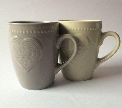 Mug in ceramica con decorazione a cuore disponibile grigia o beige.