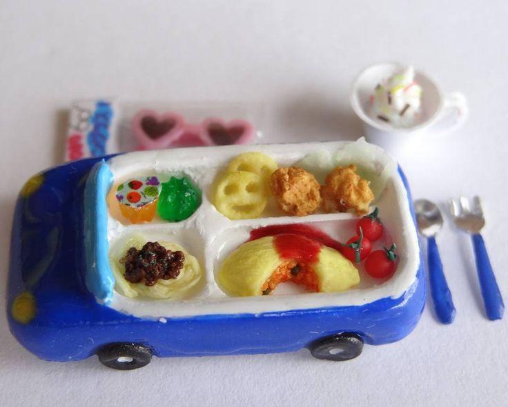 お子様ランチ 青い車にはオムライス。 ミートスパゲティ、唐揚げ、スマイルポテト、ぜりーにプチトマト。 車の長さ?3cm オムライス1cm プチトマトは2mmです。 #ミニチュア#miniature#お子様ランチ#おこさまランチ #kidsmeal #ハンドメイド#handmade#フェイクフード#fakefood#ミニチュアフード#miniaturefood#ドールハウス#dollhouse