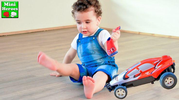 Маленький Мальчик играет со своей Первой Машинкой