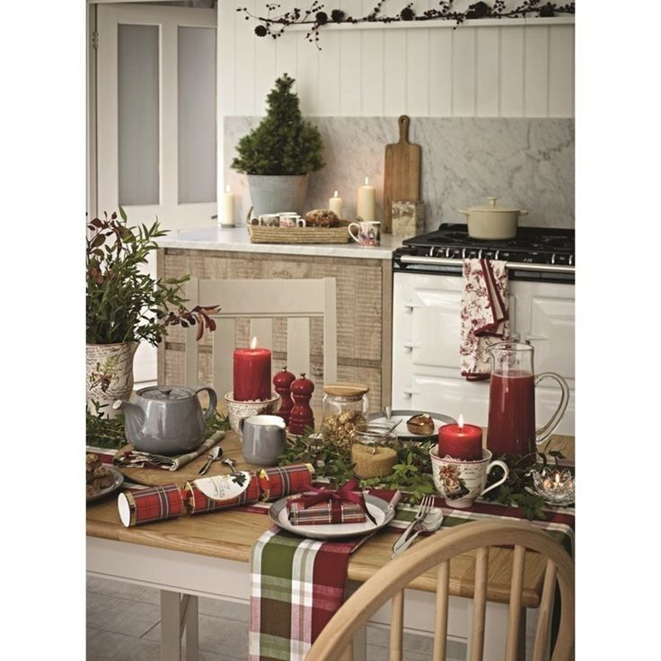 Świąteczny stół, dekoracje stołu na Wigilię, czerwone serwetki. Zobacz więcej na: https://www.homify.pl/katalogi-inspiracji/12882/dekoracje-stolu-wigilijnego
