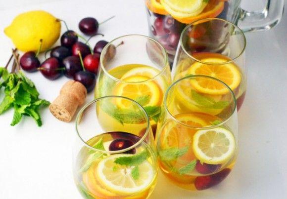 夏の昼下がりに飲みたい!シャンパンと盛りだくさんフルーツで作る極上チェリー・サングリアの作り方♪
