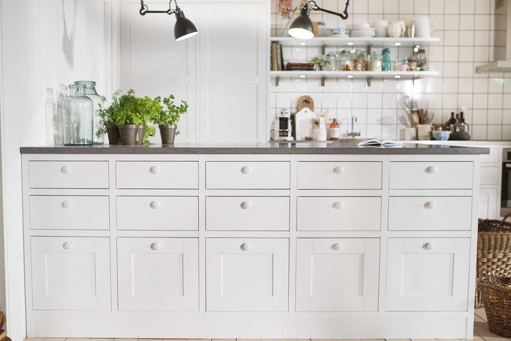 Köksö med inspiration från köpmansdiskar från förr. Marbodal Form kritvit i Plus-utförande.
