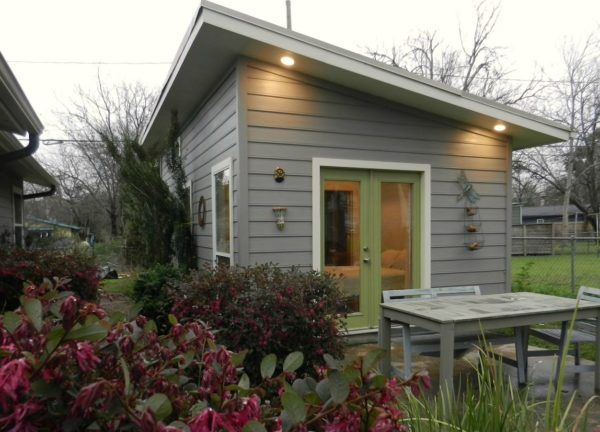 tiny-cottage-in-austin-001 packs a lot in a tint space great rental spot or a place weekend getaway or inlaw suite!