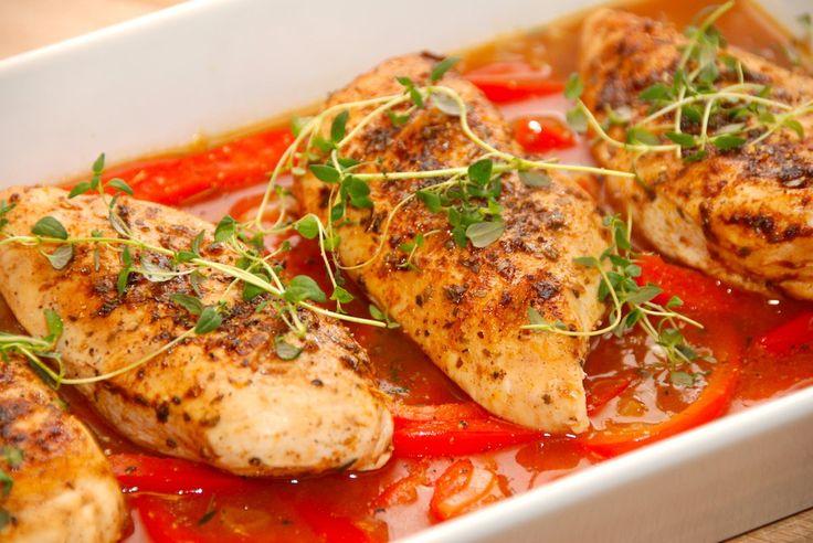 Lækker opskrift på saftig kylling, der serveres sammen med en skøn sauce med peberfrugt og skalotteløg. Også god som gæstemad. Til saftig kylling med peberfrugtsauce skal du bruge (til fire persone…