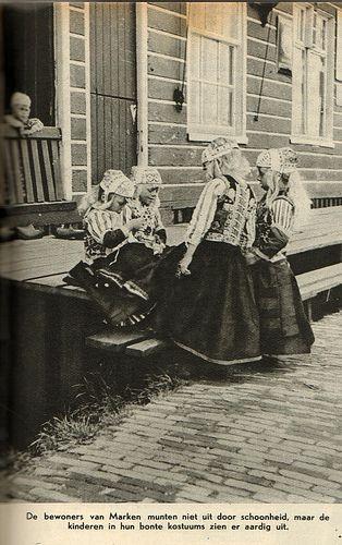 De bewoners van Marken munten niet uit door hun schoonheid, maar de kinderen in hun bonte kostuums zien er aardig uit. Commentaar van de Katholieke Illustratie. Er waren niet zoveel katholieken op Marken.... Van de Flickrpagina van Jan Willemsen