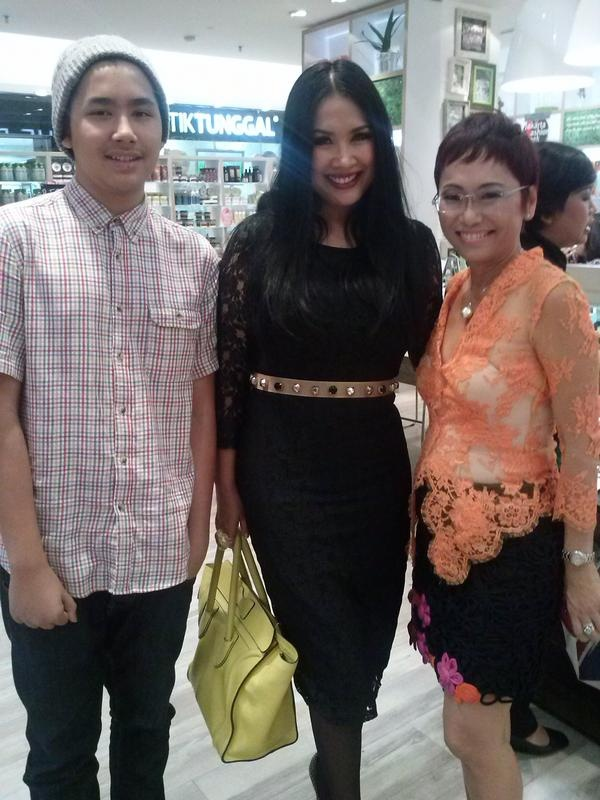 Titi Dj and her son with our CEO Suzy Hutomo at The Body Shop store before Lenny Agustin show. #TBSforJFW
