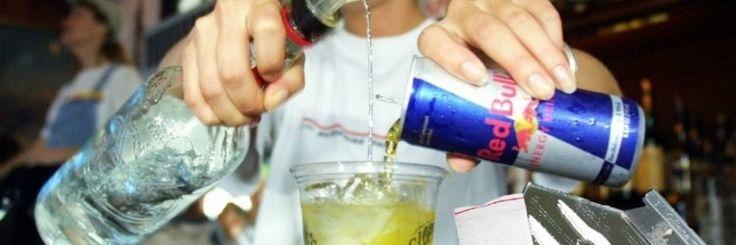De combinatie van Wodka en Red Bull, een combinatie die ik heel graag drink, zou gevaarlijk zijn volgens experten. De cafeïne in de Red Bull zorgt er voor dat je je minder snel moe voelt