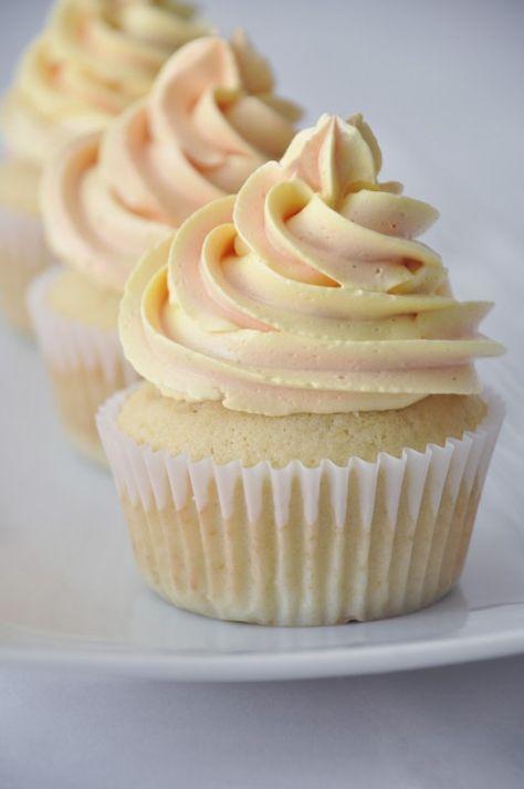 Cupcakes de baunilha com recheio de limão siciliano e cobertura de buttercream de merengue italiano | Cupcakeando