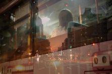 """Riflessi, visioni sfiggenti e stratificate, messe a fuoco violente e volontarie sfocature, volti, luci colori, tutto questo finisce nelle splendide esposizioni multiple di Issuie Enomoto, fotografo e tassista di Yokohama, che ha unito il suo lavoro e la sua passione nella serie """"Taxi in the sea"""": tutte le sue immagini sono infatti rigorosamente """"rubate"""" stando a bordo della sua auto. Immagini a volte scattate attraverso il finestrino altre catturate dentro l'abitacolo. """"Lavoro come tassista…"""