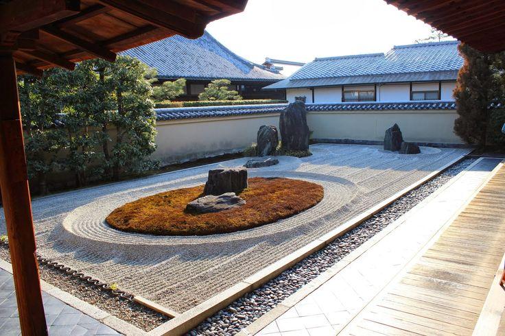 Ryōgen-in – Kioto, Japonia. Świątynia Ryōgen-in powstała w 1502 r., a jej otoczenie składa się z pięciu małych ogrodów. Tu widoczny jest Isshi-dan. Ogrody zen noszą nazwę kare-sansui, co oznacza biały piasek. Jego obecność symbolizuje czystość.