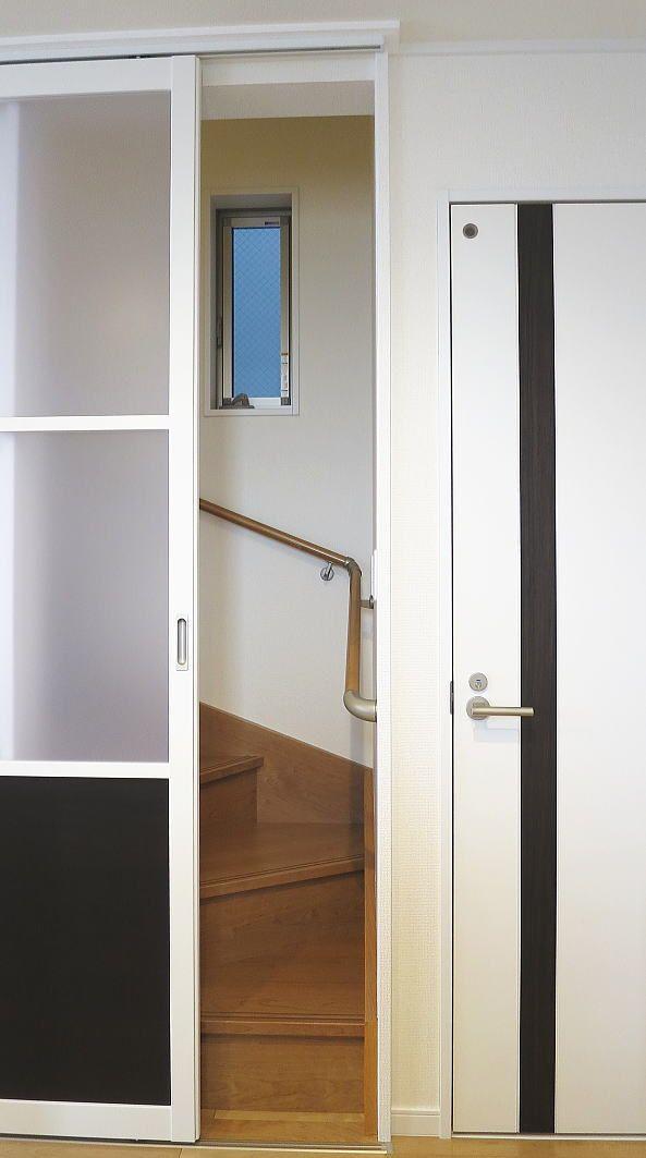 寒さ対策で階段口に引き戸の取り付け事例 インテリア ポリカーボネイト