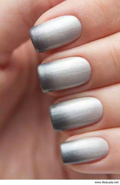 Manicura de uñas en color plata, tonos degradados. #Nails #NailArt #NailPolish
