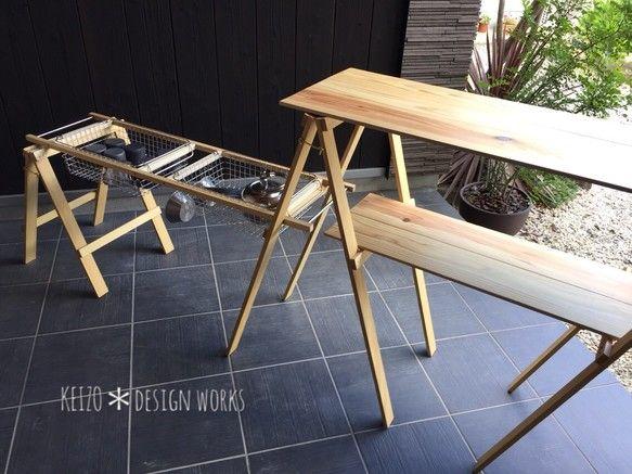 ■アウトドアでも自宅のキッチンのように使用できる木製カウンターテーブルです。⚠️ワイヤーバスケットは付属しておりません⚠️※無印良品の商品となりますので、別途でお買い求めください。⚠️現在、最大4週間お待ち頂いております。◎無印良品の18-8ステンレスワイヤーバスケットのシリーズ 2〜5までがピッタリ入るサイズにしております。2〜5 いずれも幅と奥行は同じで 高さが異なります。2 幅37㎝ × 奥行26 × 高さ8㎝3 幅37㎝ × 奥行26 × 高さ12㎝4 幅37㎝ × 奥行26 × 高さ18㎝5 幅37㎝ × 奥行26 × 高さ24㎝※写真のものは 3 を使用しています。*サイドの棚は、ワイヤーバスケットに食器類など細々したものをまとめておいておけます。炊事場で食器を洗って、そのままバスケットごと built-in できます!*バスケットの代わりに袋などを入れて洗濯バサミで留めておけばダストスタンドにもなります。★★ オーダーできます ★★❶上・下段、サイド棚の高さ (上段高さは最大87㎝まで)❷さらに反対サイドの下段に木製の棚とスタンドを追加❸棚板を杉から高品質な...