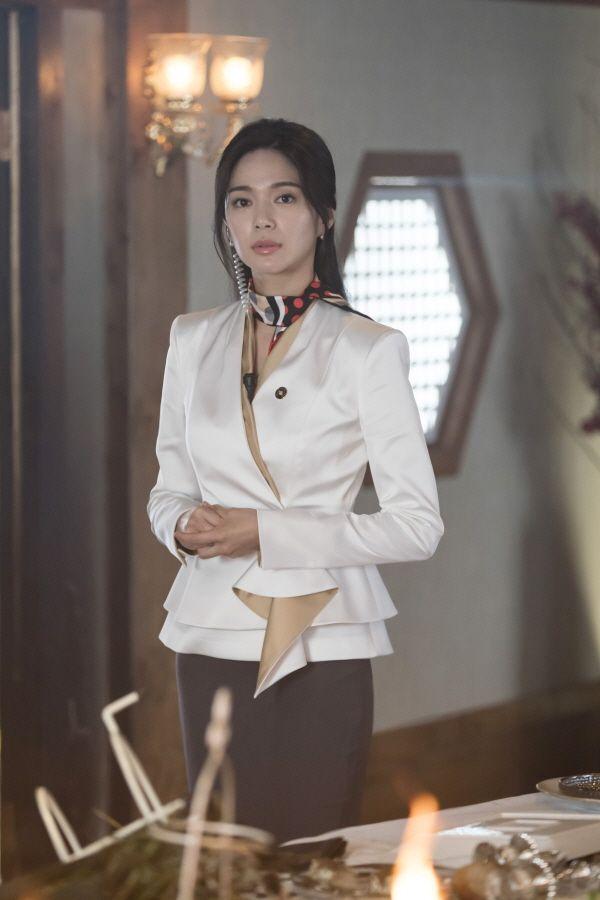 SBS Drama An Empress' Dignity Releases Stills of Jang Nara, Lee