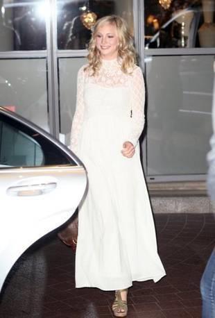 Кэндис аккола в белом платье