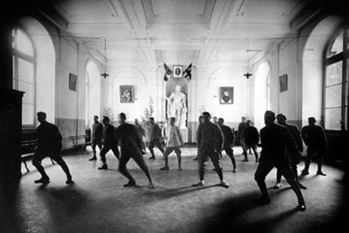 Soldati feriti in guerra durante gli esercizi di riabilitazione in un ospedale genovese. (Genova 1918)