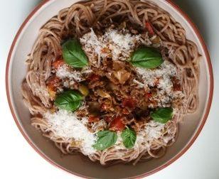 Dit gerecht is voor liefhebbers van pittig eten. Het allerlekkerst hierbij is verse pasta uit het koelvak. Ik heb voor deze doordeweekse dag spaghetti van spelt gebruikt. Ik heb het pestomerk erbij gezet, maar je kan natuurlijk ook een andere kiezen. Ik vind déze pesto erg lekker en pittig. Ingrediënten voor 2 personen 200 gram …