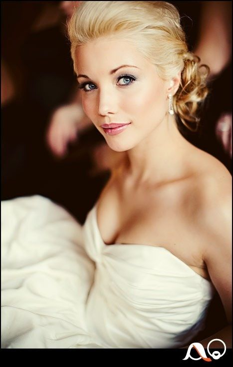 LOVE her makeup!! very simple & pretty!!! & I can see it will work for me since she has blue eyes & blonde hair!