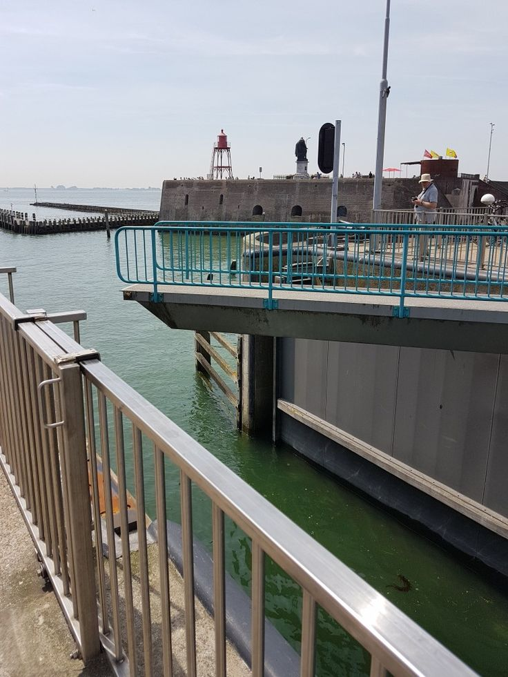 Die Schleuse am Jachthafen in Vlissingen wird gerade geöffnet