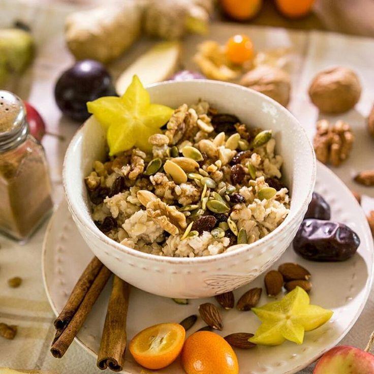 Dzień dobry!  Poranna owsianka też może być piękna i wyjątkowa,  na przykład z tartym jabłkiem, żurawiną, imbirem,  cynamonem i zdrowymi pestkami. Na deser daktyl pełen zdrowia (żelazo, magnez, potas). U mnie również w towarzystwie kumkwatów - mnóstwo witaminy C. Kto powiedział,  że zdrowe odżywianie nie może być pyszne?! Pieknego dnia!!!  #sniadanie #nazdrowie #dziendobry #goodmorning #goodenergy #owsianka #smakmilosci #urodazycia #dietanielaczenia
