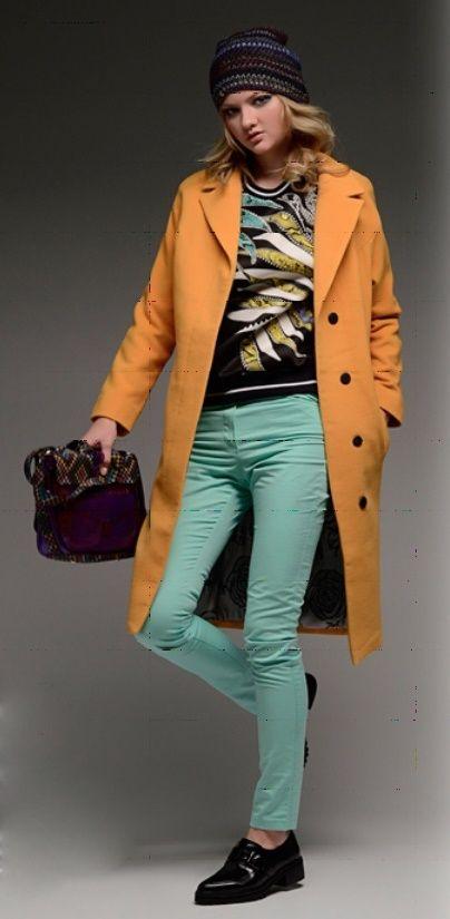 Оранжевый кардиган, бирюзовая блузка, серая юбка, черные туфли