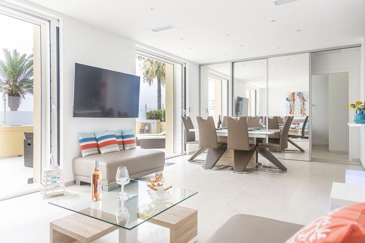 Idéalement situé face au plages du midi, en plein cœur de Cannes. Ce grand appartement en RDC de 95 m2 à été luxueusement rénové et décoré en 2016. Il bénéficie d'une grande terrasse ensoleillée.  La configuration et la fonctionnalité de l'appartement vous offre tout le confort nécessaire pour un séjour idéal: Une salle de bain par chambre, une cuisine entièrement équipée et la climatisation.  Prestation hôtelière & conciergerie 24h/24 Parking privé sur les lieux