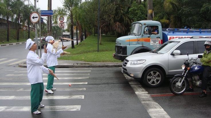 Chefs e cozinheiros invadem ruas de SP em açao de guerrilha para o RestauranteWeb http://bbus.biz/t/110079