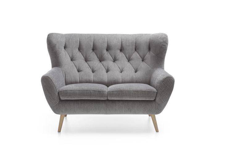 """Sofa na wysokich nóżkach, a przy tym jeszcze pięknie """"uszata"""", zachwyci każdego, kto lubi meble piękne, zwiewne i eleganckie. Sofa dwuosobowa Voss to szyk i wygoda w jednym. #Voss #galacollezione #galacollezioneinspiruje #galacollezioneinspires #meble #dosalonu #design #furnituredesign #furnitureideas #interiordesign #interiordesignideas #inspiracje #inspiration"""