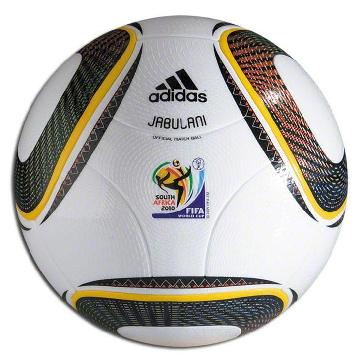 Adidas Jabulani, con una capa de supercarbonato para ayudar en la precisión de los tiros. Dolor de cabeza para los porteros. Los 11 colores que tiene el balón simboliza a los 11 jugadores de un equipo, a los 11 idiomas oficiales que hay en Sudáfrica, a las 11 comunidades que forman Sudáfrica. Los dibujos del balón representan al estadio donde se jugó la final, el Soccer City Stadium.