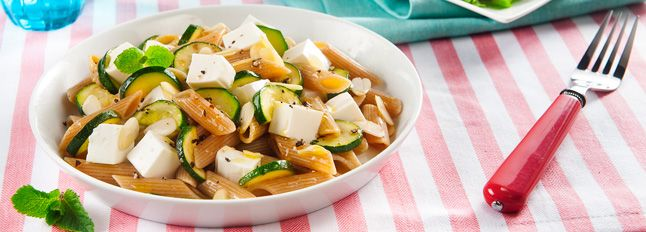 Pasta fredda integrale con Primosale Morbido, zucchine alla menta e mandorle