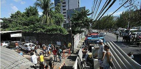 Manhã de protestos complica o trânsito no Recife  Confusão na Zona Sul com reintegração de posse e protestos no centro da cidade pararam o trânsito nesta manhã - Três protestos na manhã desta terça-feira (6) surtiram efeitos negativos no trânsito da capital pernambucana. Na Zona Sul do Recife, moradores da Vila Oliveira, no Pina, estão sendo despejados pela polícia e a faixa direita da Avenida Domingos Ferreira foi interditada por medida de segurança, o que provocou engarrafamentos e mo