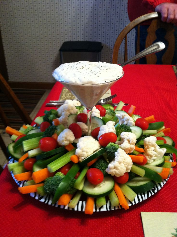 MY rendition of the veggie tray for Christmas.. Easy and much more fun! (chrismas party food entertaining)