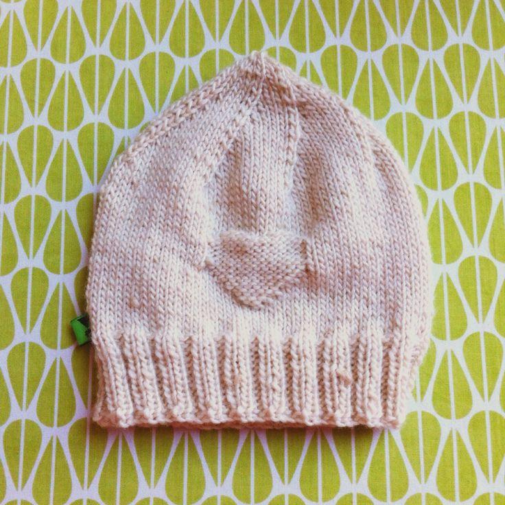 Babymutsje met ingebreid hartje. Gratis werkbeschrijving (Nederlands) op mijn freubelblog.  http://www.freubelweb.nl/blog/josebianca/gebreid-newborn-mutsje-tutorial/