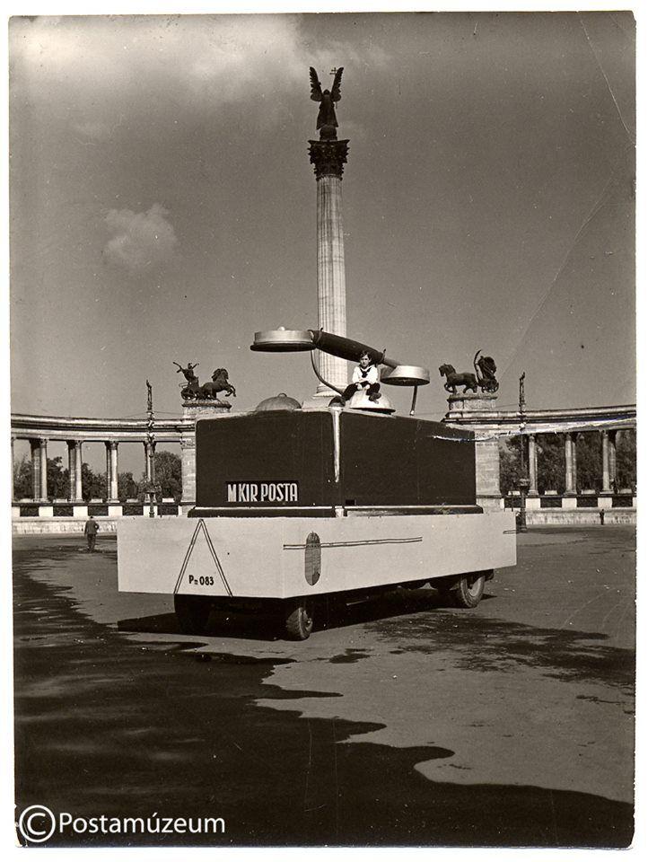 1930-as évek. Óriás telefon, kicsi gyerek, nagy marketingfogás. A Magyar Királyi Posta népszerűsítése a Hősök terén.