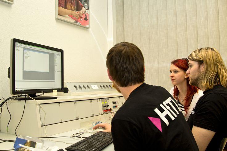 Hilfe bei der Programmierung von Microcontroller im Labor Technische Informatik durch Studierende der HfTL