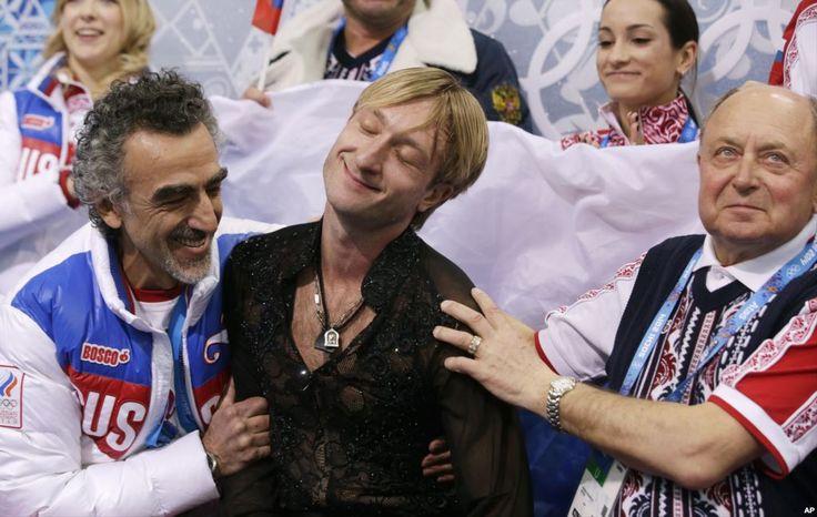 Evgeni Plushenko dari Rusia (tengah), setelah memenangkan nomor putra figure skating pada Olimpiade Sochi (9/2). (AP/Darron Cummings)