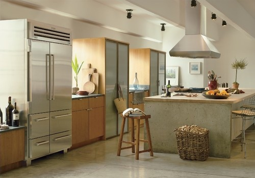 This Sub-Zero and Wolf kitchen features a freestanding PRO 48 refrigerator/freezer and a sealed burner rangetop built right into the island.