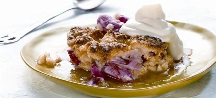 Sommerlig rababerkage i tre lag med mandler og kokos. Den perfekte dessert på varme sommerdage, serveret med flødeskum eller cremefraiche. Se opskriften her