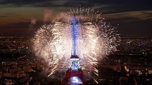 La Tour Eiffel au début du spectacle pyrotechnique.