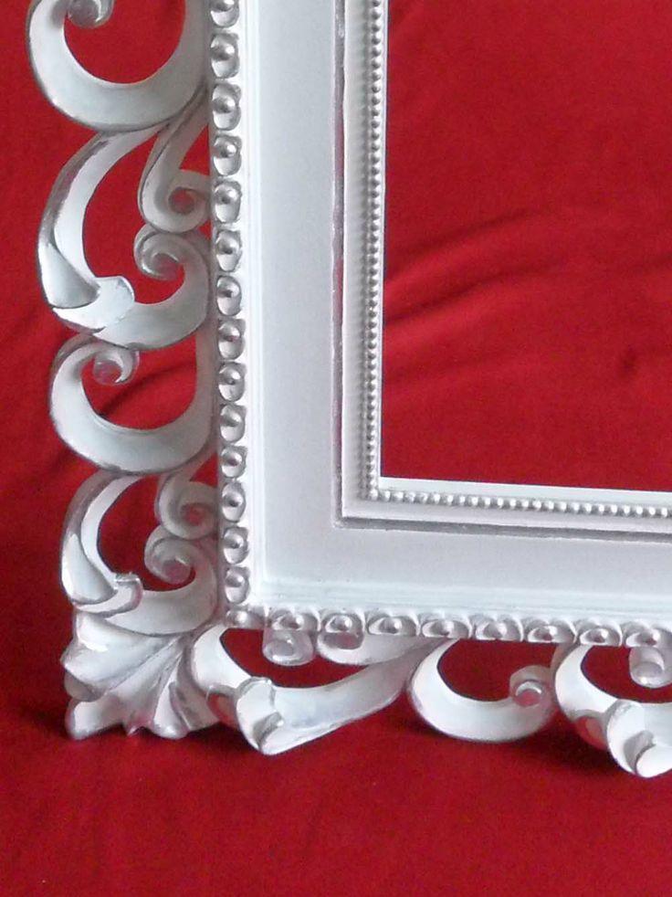 Cornice intagliata, laccatura bianca con applicazioni in foglia argento