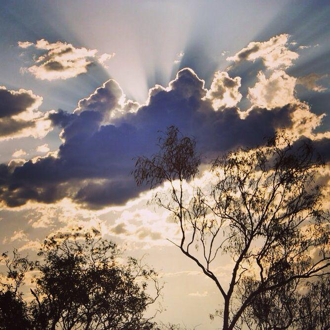 Every cloud has a silver lining. Especially when the wet season is just around the corner. #thekimberleyaustralia #thewetseasoniscoming #willarebridge #cloudporn #westernaustralia #sunset #thisiswa #picoftheday #roadtrip #discoveraustralia #australia #workandtravel #workingholiday