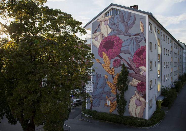 Lo street-artist Pastel dipinge enormi fiori esotici su un muro di Oslo